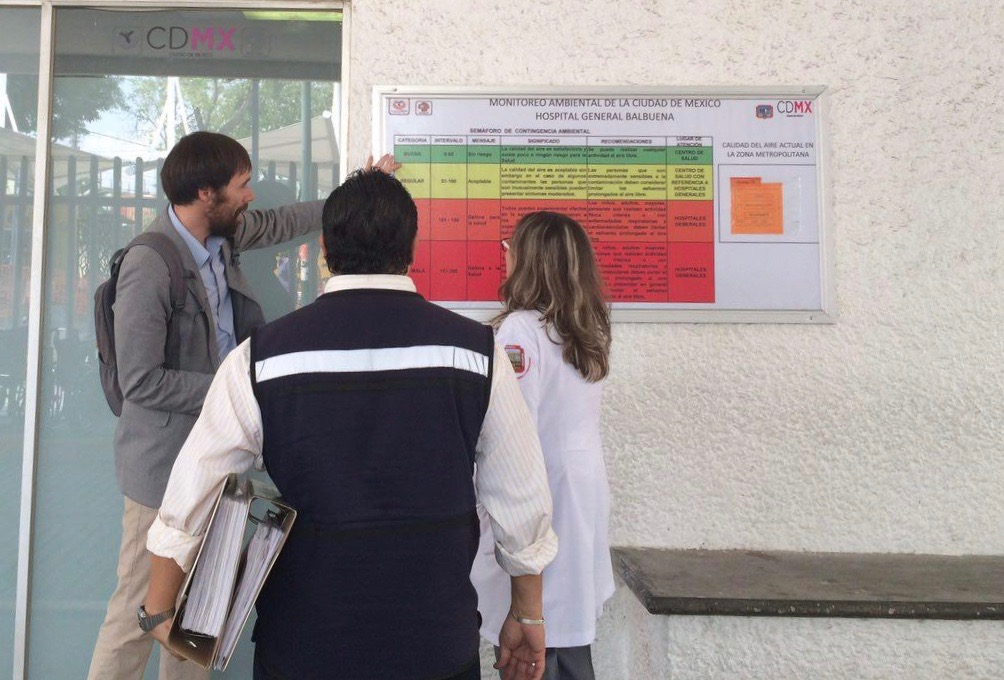 Dr. Cromar reviews Mexico City's health-based air quality index with local hospital staff.